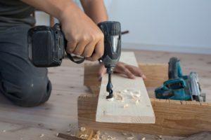 herramientas para restaurar un mueble antiguo