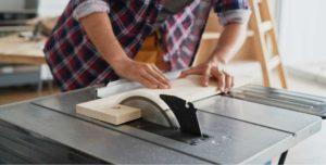 Corta los listones de madera del palet