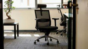 Utiliza una silla ergonómica para estar cómodo desde la oficina de tu casa